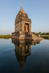 Fotomurales - Small Hindu temple in the middle of the holy Narmada River, Maheshwar, Madhya Pradesh state, India