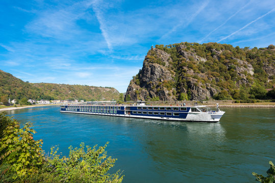 An excursion boat passes the Lorelei rock on the river Rhine. UNESCO World Heritage Site, Sankt Goarshausen, Rhineland-Palatinate, Germany, Europe