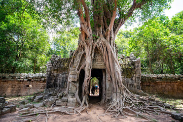 Keuken foto achterwand Bedehuis Siem Reap / Cambodia - May 27 / 2019 : huge tree with roots covering the door at ta som temple at angkor wat temple complex