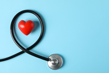 Stethoscope and heart on blue background, top view - fototapety na wymiar