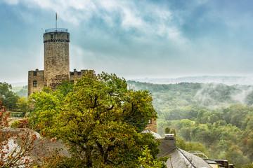 Herbstregen über Burg Pyrmont in der Südeifel