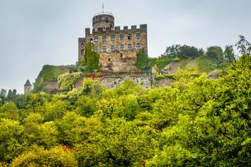 Über dem Elzbachtal trohnt Burg Pyrmont