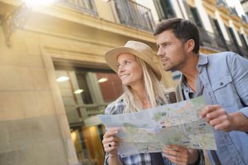 Couple of tourists in the street of european city - fototapety na wymiar