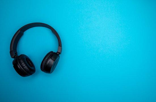 bluetooth kopfhörer auf blauem hintergrund / headset on blue background