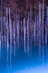 Fototapeten Aubergine lila ライトアップされた夜の湖 美瑛町