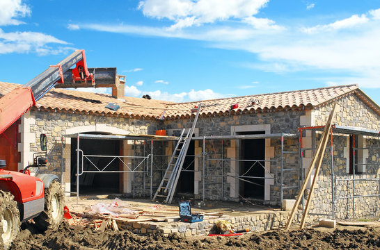 Chantier de construction d'une maison individuelle en pierres
