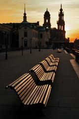 Brühlsche Terrasse mit Bänken in Dresden von Osten mit Blick auf die Kathedrale beim Sonnenuntergang