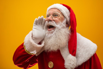 Photo sur Aluminium Magasin de musique Communication concept. Profile side view photo of excited funny kind stylish Santa Claus with open mouth hold palm hand near face saying loud ho-ho-ho isolated on vivid yellow background