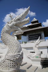 インド、ブッダガヤ、タイ寺院。青空の白い仏像