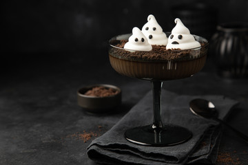 Halloween dessert idea - Cocolate Panna Cotta with chocolate cookie crumbes and meringue ghosts