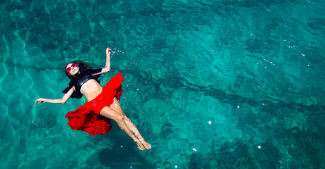 Fotorolgordijn Ontspanning Aerial view of a woman in the sea