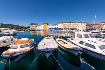 Fotobehang Oude gebouw Boats in the city of Cres, Croatia