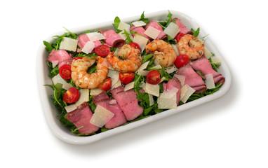 gebratene Riesen Garnelen, Rostbeef Röllchen, Kirschtomaten und gehobelter Parmesan auf Rucola Salat isoliert auf weißem Hintergrund