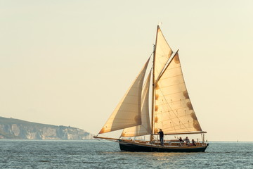 In de dag Schip Old sailing boat all sails outside on the sea