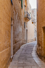 Spoed Foto op Canvas Smal steegje Narrow street in the fortified city Mdina in the Northern Region of Malta