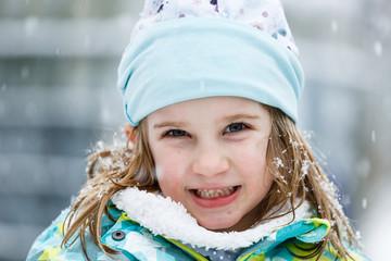 Mädchen, 6 Jahre, im Schnee, Deutschland