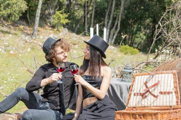 Fête des vendanges vintage et steampunk, pique-nique entre amis à la campagne, couple de jeunes adultes pendant un pique-nique très chic à la campagne mariage casual