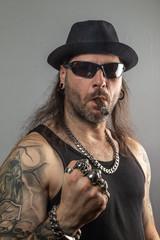 Rocker mit Hut und Zigarre schwarze Sonnenbrille