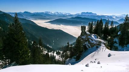 Blick von der Kampenwand in die Chiemgauer Alpen bei Inversionswetterlage