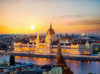 Fototapete - Parliament on riverbank of Danube