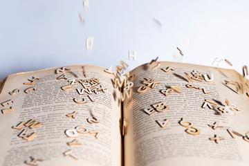 lettere che escono dal libro dislessia