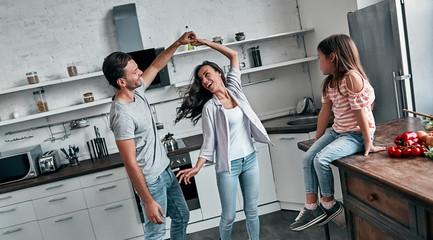 Fototapeta Family in kitchen