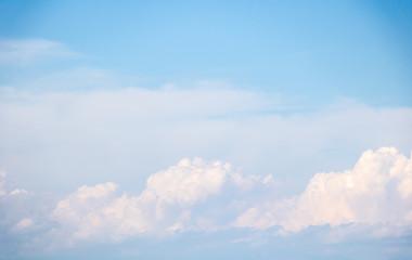 formation de nuages cumulus blancs dans un ciel bleu avec des reflets roses