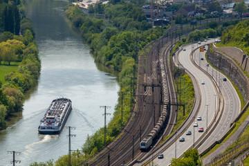 Fotorollo Eisenbahnschienen Blick auf Schiff, Zug und PKW