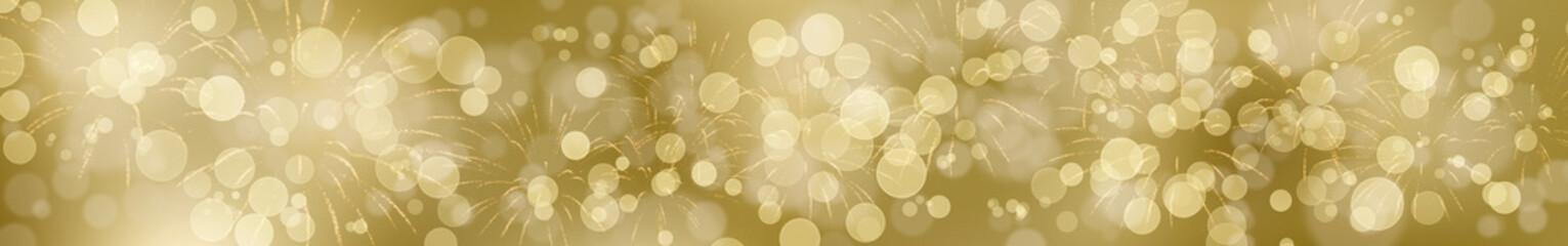 Goldener Silvesterhintergrund mit Feuerwerk im breiten Format