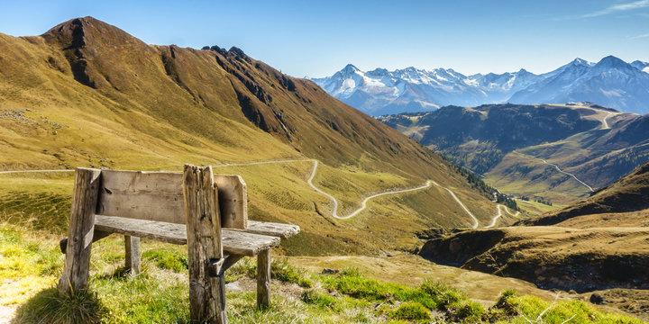 Panorama einer Rastbank mit Aussicht über die Alpen