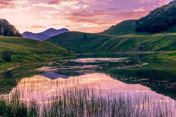 Fond de hotte en verre imprimé Rose clair / pale lake in mountains