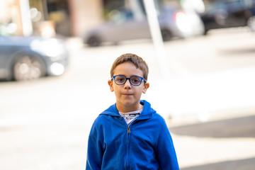 ritratto di bellissimo bambino con occhiali da vista blu