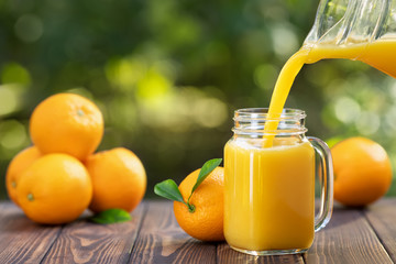 Poster Sap orange juice pouring in glass