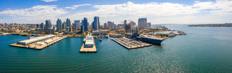Amazing panoramic view of the San Diego downtown by the harbour with many skyscrapers  Fototapete