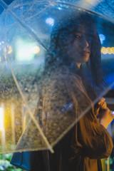 雨の都会の女性