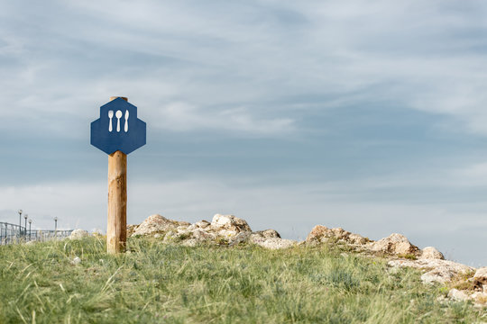 pointer cafe in nature. The blue plate shows a spoon, fork and knife