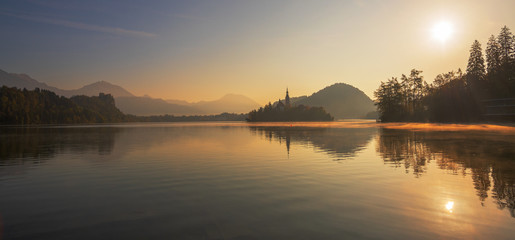 Insel Bled im Bleder See, Slowenien, bei Sonnenaufgang im Nebel