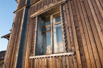 Typisches Fenster im russisch geprägten Ort Barentsburg auf Spitzbergen. Die Mehrheit der Einwohner des Ortes sind Russen, die vom Kohleabbau, Tourismus und Subventionen leben
