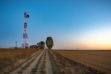 Un viento lejano con turbinas eólicas en un entorno de puesta de sol poético, que sirve como una imagen perfecta para la energía verde sostenible renovable.