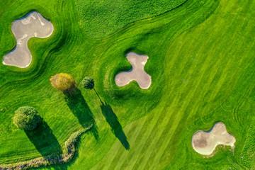 Von oben hinab auf eine Stück Golfanlage