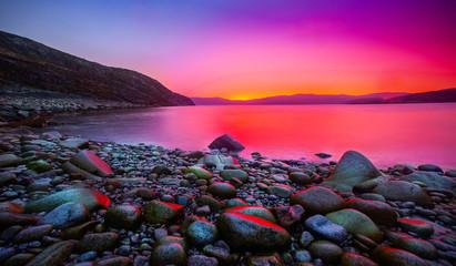 Fotorollo Aubergine lila Sunset on the stone coast