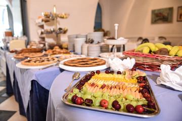 buffet della colazione con dolci e frutta