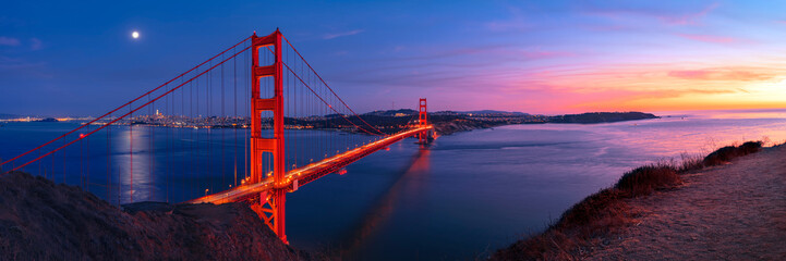 Poster Bruggen Golden Gate Bridge in San Francisco under full moon in sunset sky panorama