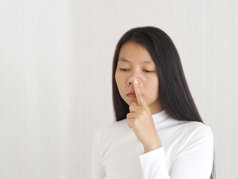 nasal flaring in woman and she touching her nose, Causes of asthma or epiglottitis or bronchiolitis and patients admitted to the test by examination arterial blood gas