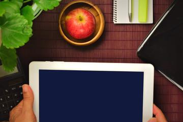 Escritorio y nuevas tecnologias, tablet en las manos