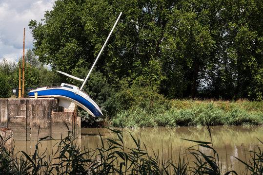 un bateau mou tordu et déformé au bord de l'eau