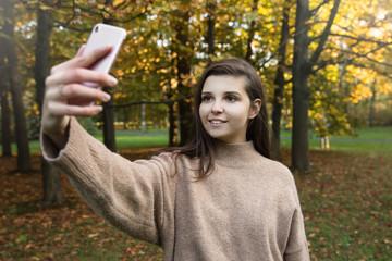 Fototapeta Dziewczyna robi sobie selfie.  obraz