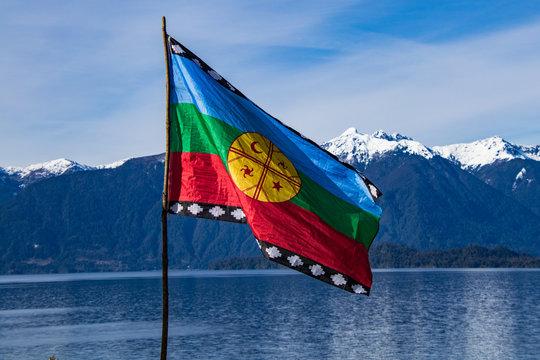 Bandera Mapuche, con fondo Lago Todos Los Santos