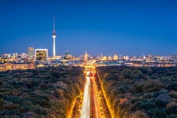 In de dag Berlijn Berlin skyline with Tiergarten district at night