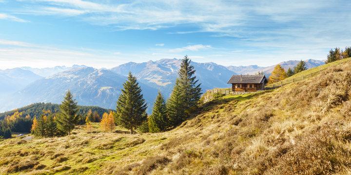 Landschaftspanorama einer herbstlichen Landschaft mit Almhütte im Zillertal